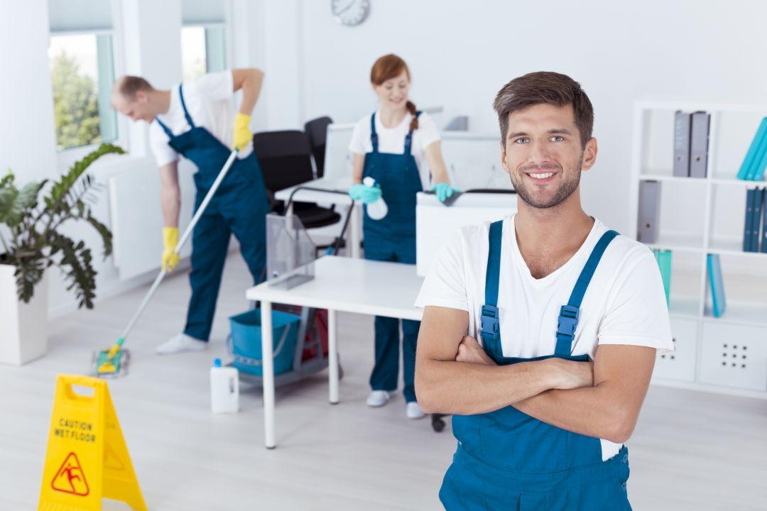 mężczyzna sprzątający bióro